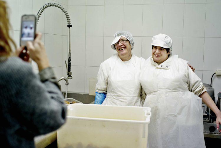 patri-e-isabel-posan-para-maria-ampros-cocina-1preparando-el-ramo-ampros-viveros