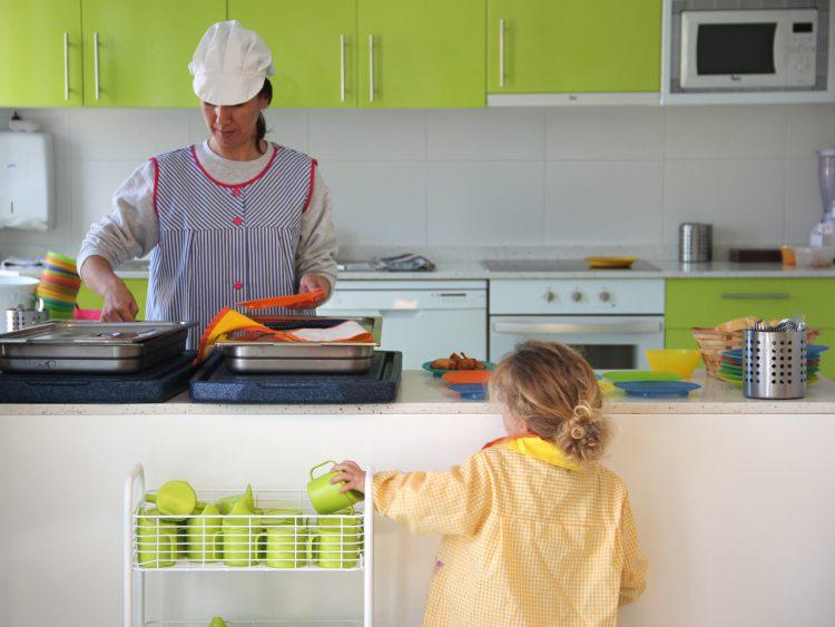 Nuestros nios nos comen muy bien depersonas cocinando con sentido img9308 fandeluxe Images
